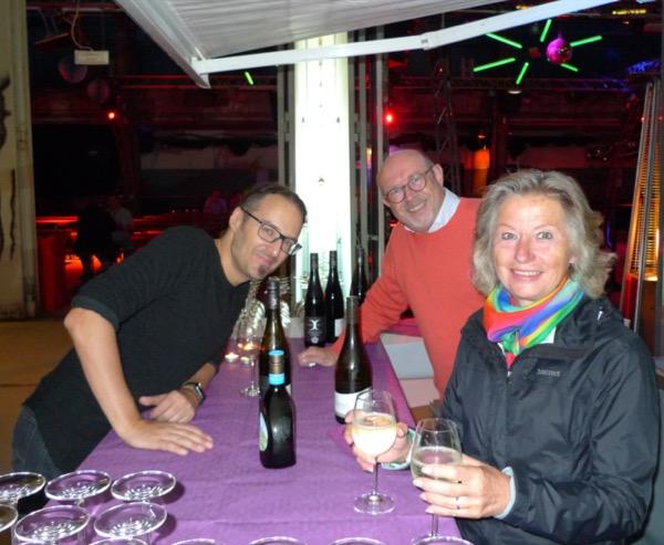 Helfer am Weinstand